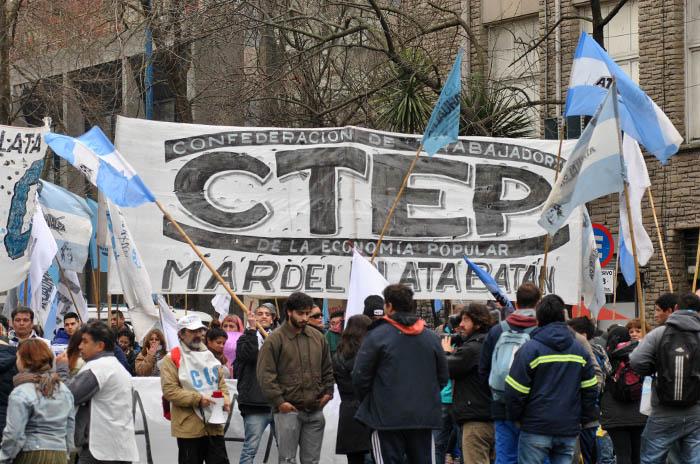 Devaluación, crisis y medidas: movimientos populares, en alerta