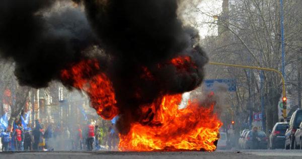 Avanza el proyecto que prohíbe quemar neumáticos en protestas