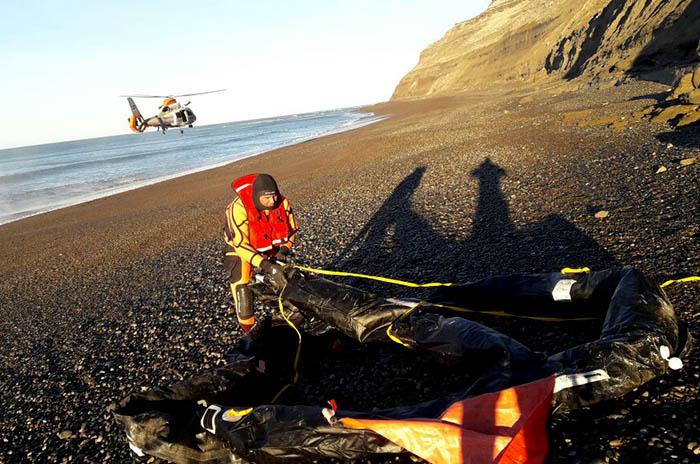 Repunte: hallaron una balsa, salvavidas y chalecos en el mar