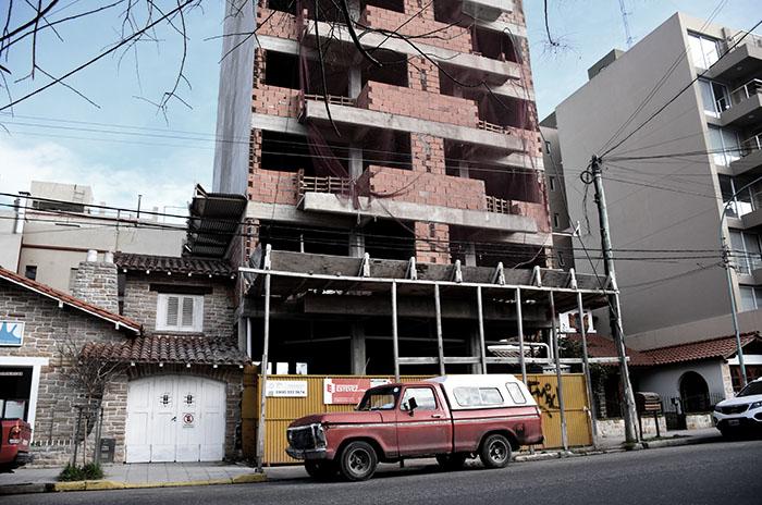 Vivía en la calle y dormía en una obra: policías le dieron un techo