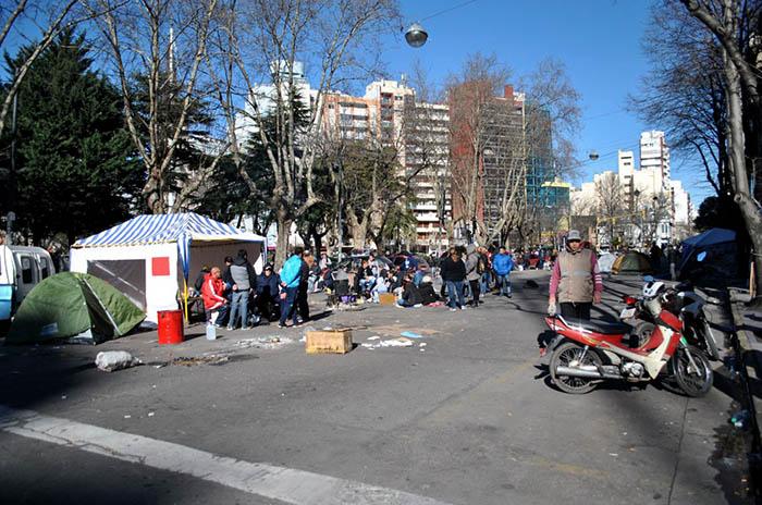 Segundo día de protesta y acampe frente al Municipio