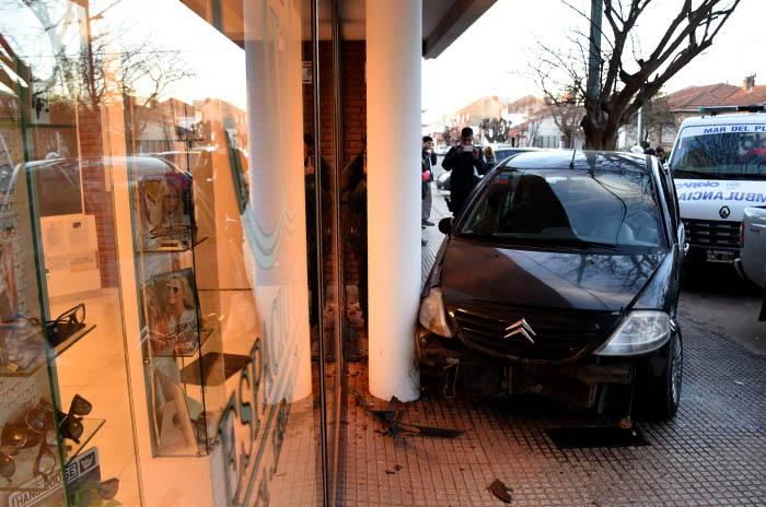 Un choque terminó con un auto sobre la vereda: un herido