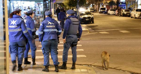 Les roban las armas a dos mujeres policías