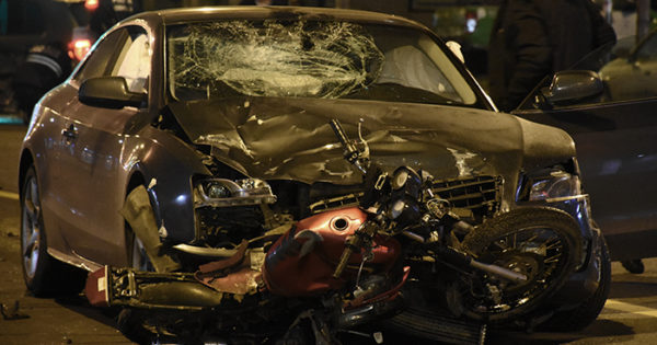 Triple choque en Colón y España: un motociclista herido