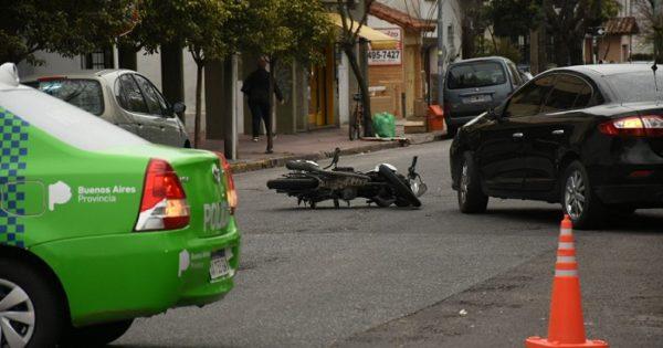 Una motociclista resultó herida al ser atropellada por un auto