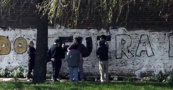 """Detienen a 4 personas por pintar """"Fuera Bullrich"""" en una pared"""