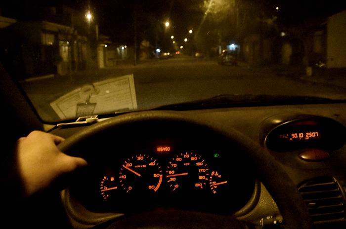 Conductor borracho chocó contra dos autos estacionados