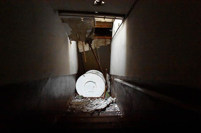 Escuela Nº 4: se cayó el tanque de agua y atravesó el techo