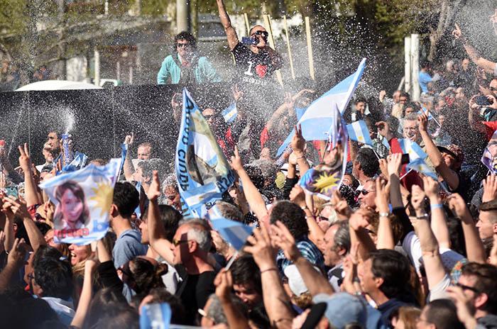 Acto K: multitud, banderas, críticas y recelo con la prensa