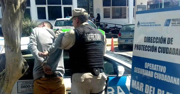 Un detenido tras golpear e intentar robarle a un hombre