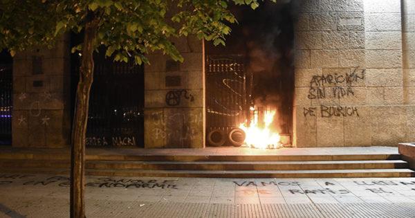 Fuego, vidrios rotos y pintadas contra la Municipalidad