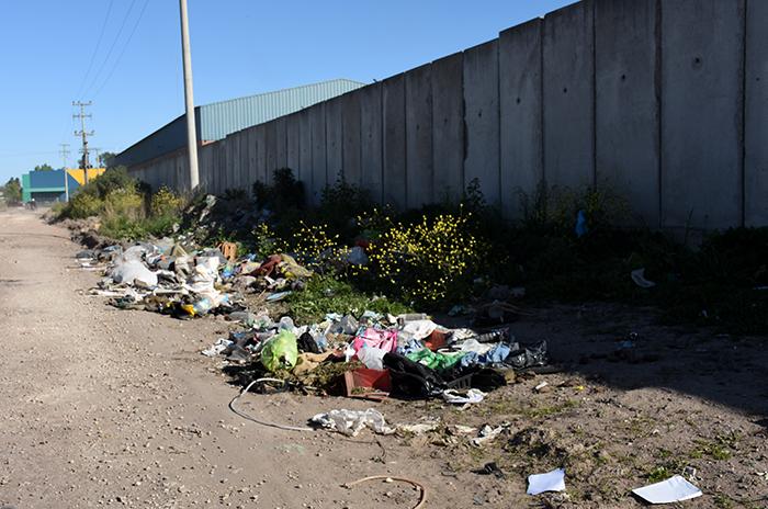 Podrán secuestrar hasta un año el auto de quien arroje basura en la vía pública