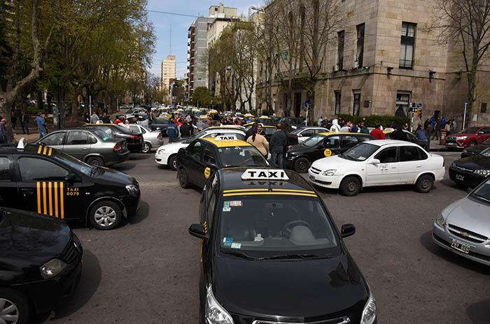 """Taxistas se movilizaron contra los remises """"truchos"""""""
