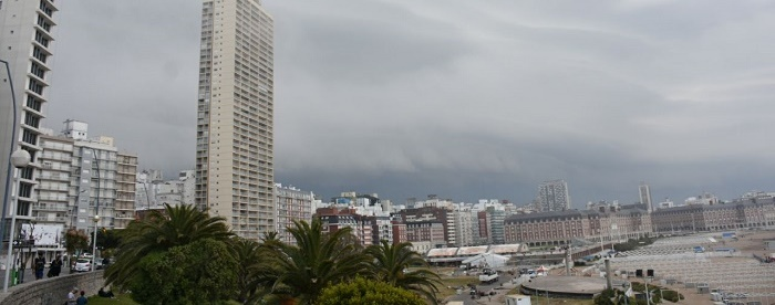 Nubes cargadas oscurecieron la ciudad: hay alerta meteorológico