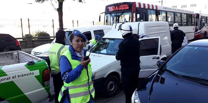 Atropelló a un inspector y pasó un semáforo en rojo: detenido