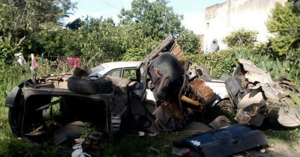 Denuncian abandono de vehículos y pastizales en Las Dalias