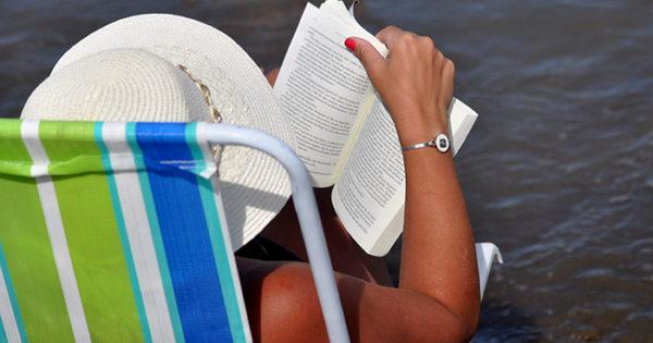 Evalúan hacer en la playa una Feria del Libro de Verano