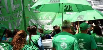 """Estatales y docentes marchan contra la """"política de ajuste"""""""