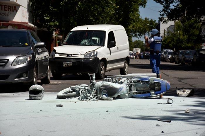 Choque en Olazábal y Belgrano: un herido y una moto incendiada