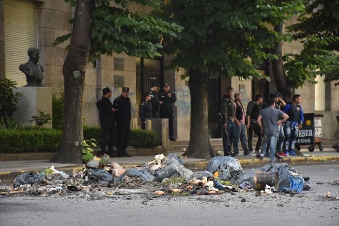 Hubo incidentes, corridas y balas de goma frente al Municipio