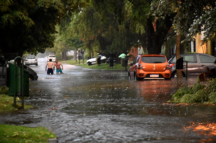 Fuerte tormenta, calles anegadas, granizo y destrozos en 40 minutos