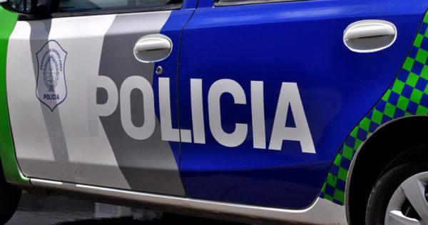 Secuestran ocho armas, droga y ropa policial en un allanamiento