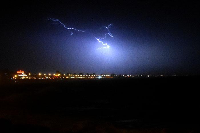 La lluvia, el viento y los rayos siguieron por la noche