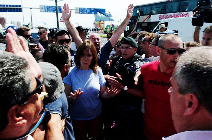 Vidal en la playa: forcejeos y tensión con guardavidas