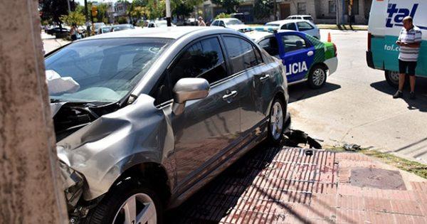 Un auto terminó en la puerta de un comercio tras un choque