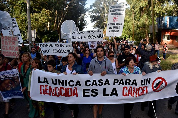 Etchecolatz: a dos meses, otra protesta contra la domiciliaria