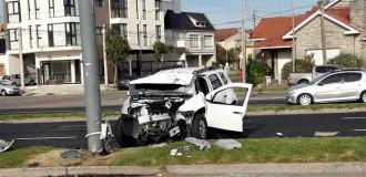 Una camioneta chocó contra un poste de luz en la costa