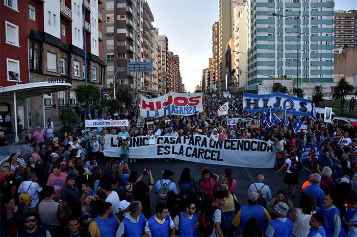 """""""Fuera Etchecolatz"""", el grito de 40.000 voces"""