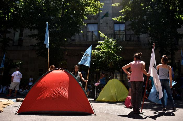 Segundo día de protesta y corte frente a la Municipalidad
