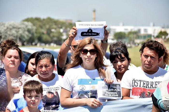 Submarino: familias se instalaron en la Base Naval y otras viajan a ver a Macri