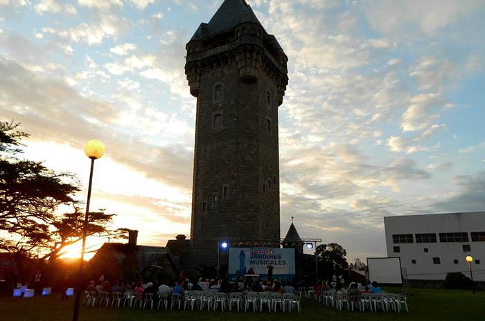 Continúan los shows en los jardines de la Torre Tanque