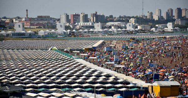 """Macri lanzó """"Ahora verano"""", para pagar en cuotas carpas y sombrillas"""