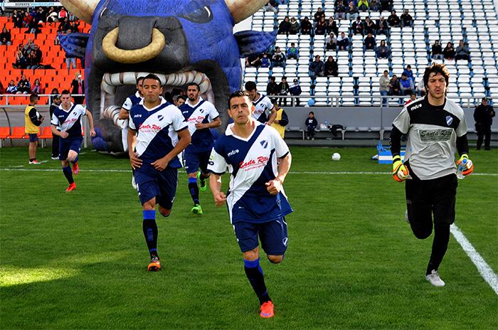 Alvarado abre una escuela de fútbol en Batán con un profesor de lujo