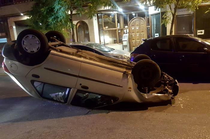 Chocó tres autos que estaban estacionados y volcó