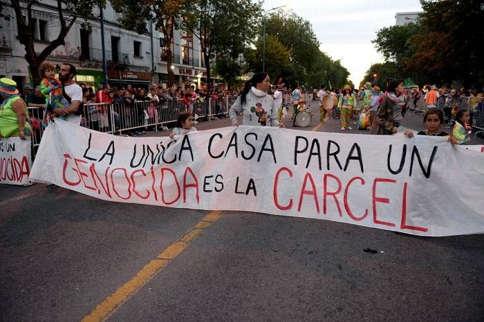 También en Carnaval hubo repudio a la domiciliaria de Etchecolatz