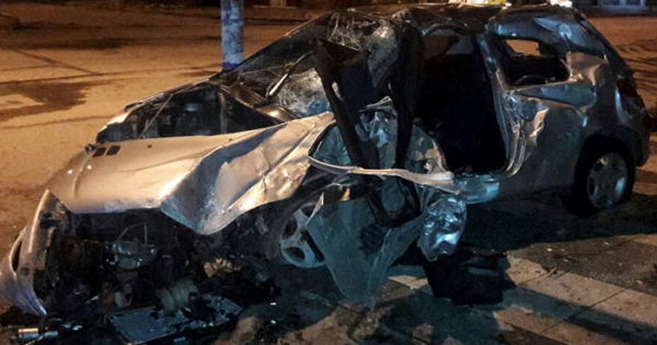 Video captó el momento del impacto del auto contra el paredón