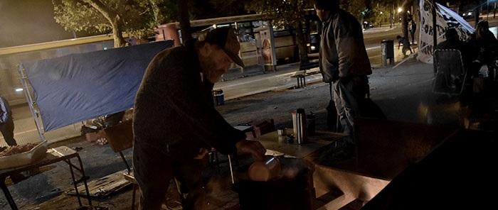 Una noche en el acampe: reclamos entre frío, hambre e indiferencia