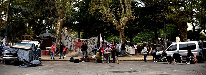 """""""Alcolea debería irse"""", dicen tras 22 días de acampe sin acuerdo"""