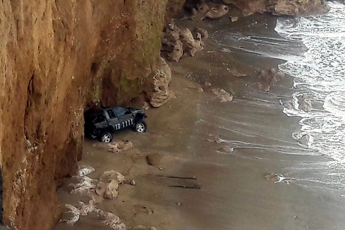 Una camioneta cayó del acantilado hasta la playa en el sur