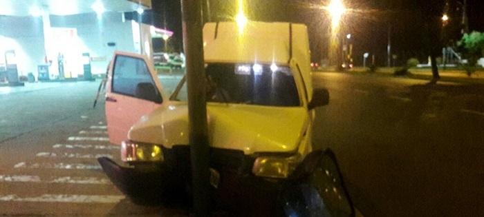 Iba borracho y chocó contra un poste: salió herido el acompañante