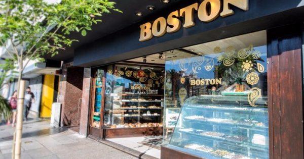 Conflicto y pago de la mitad de los sueldos en las confiterías Boston
