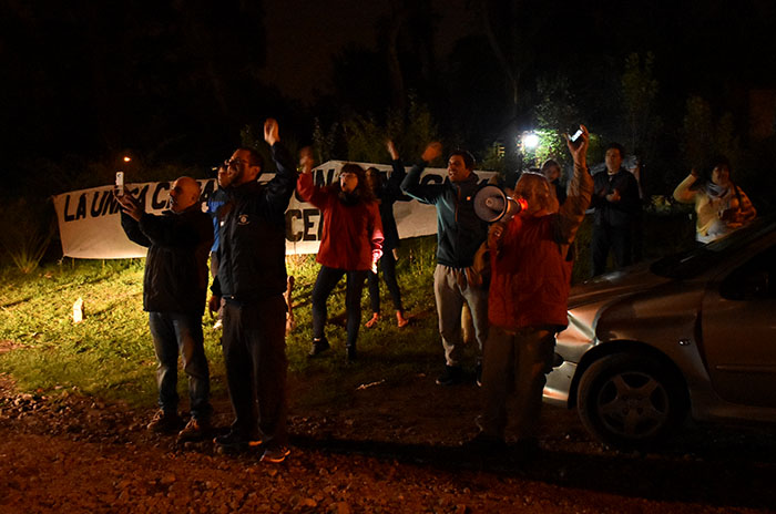 Los vecinos de Etchecolatz: vigilia, entre la emoción y el repudio