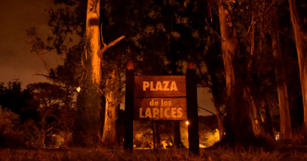 """Alguien"" quitó el cartel de la plaza frente a la casa de Etchecolatz"