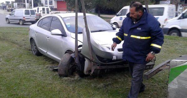 Rozó a otro auto y subió a una rotonda: se negó a la alcoholemia
