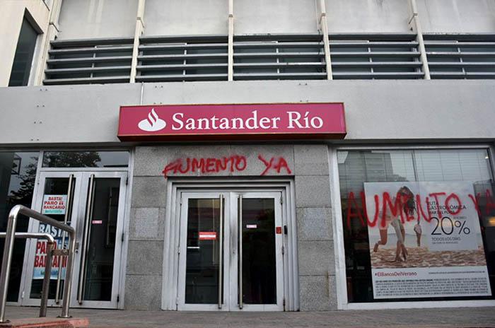 Tras los reclamos, dictaminan multar al Banco Santander