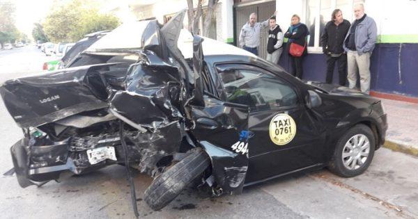Taxista murió en un fuerte choque: lo embistió un auto robado